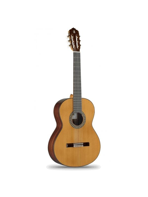 GUITARRA CLÁSICA ALHAMBRA MODELO 5P  - La caja de resonancia –lo que más influye en el sonido de la guitarra - consiste en una delgada madera que es apoyada por 7 barras. 2 de ellas, en la parte inferior,  mejorarán un sonido con mucho cuerpo, más cálido y rico. Entre las importantes cualidades de estas maderas destacamos la resistencia, peso ligero y resonancia. Como todas nuestras guitarras está hecha en España.