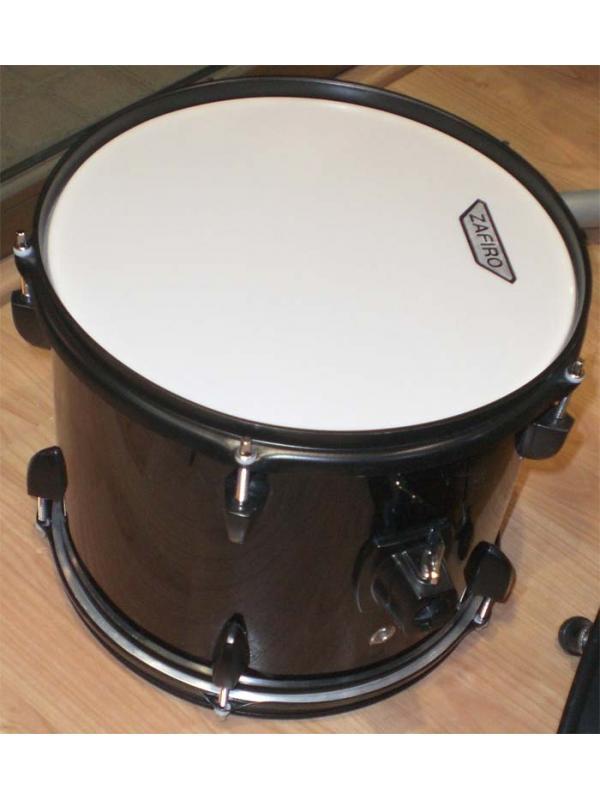BATERIA ZAFIRO 5 PIEZAS NEGRA - Batería Zafiro de 5 piezas formada por: un bombo, un timbal, dos tom tom, una caja, un plato sencillo y uno doble, soportes de platos y pedal de bombo. Color Negro. Sillín y baquetas.
