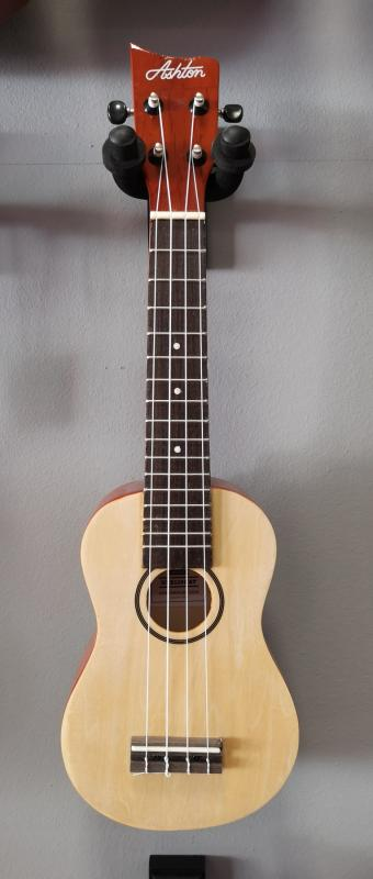 UKELELE MADERA ASHTON 110 NATURAL CON FUNDA